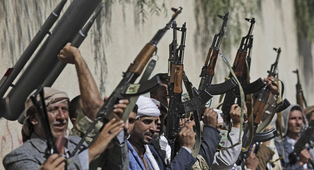 Le tribù fedeli ai ribelli Houthi sollevano le armi durante un raduno volto a mobilitare più combattenti per il movimento Houthi, a Sanaa, nello Yemen. File foto.
