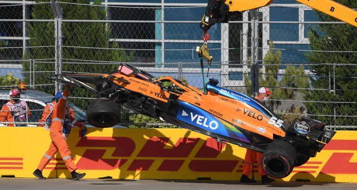 La monoposto di Carlos Sainz rimossa dalla pista