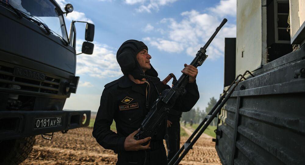 Azərbaycan ordusunun hərbi qulluqçusu, arxiv şəkli