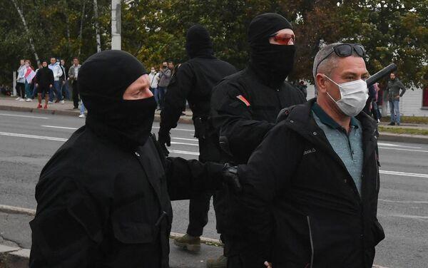 Le forze dell'ordine fermano un partecipante alla manifestazione di Minsk - Sputnik Italia