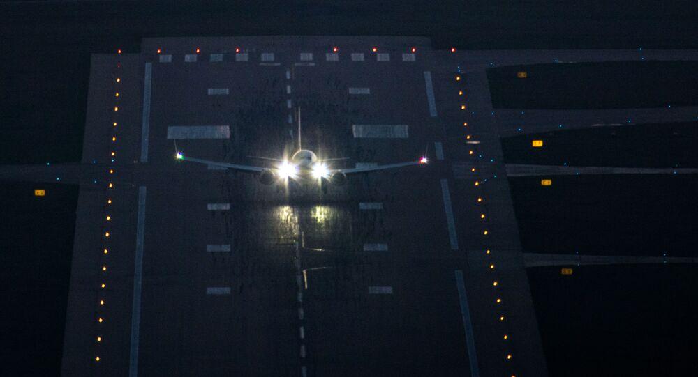 Un aereo sulla pista di atterraggio in aeroporto (foto d'archivio)