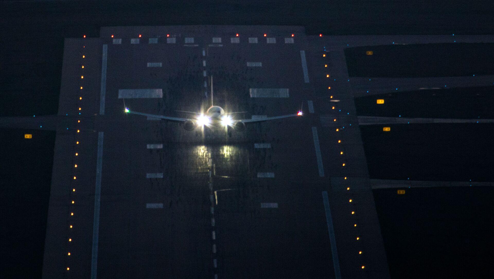 Un aereo sulla pista di atterraggio in aeroporto - Sputnik Italia, 1920, 17.03.2021