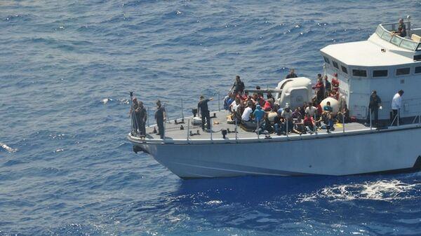 Soccorso di un barcone di clandestini al largo delle coste italiane - Sputnik Italia