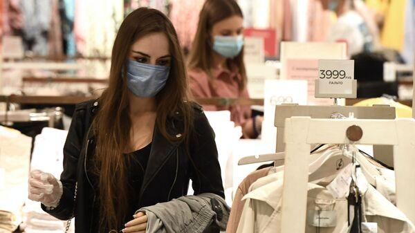 Visitatrice con la mascherina in un negozio - Sputnik Italia