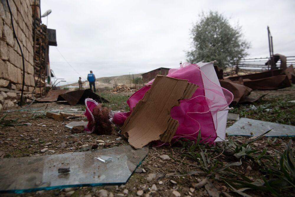 Un giocatolo e frammenti di vetro vicino alla casa distrutta nella città Martuni