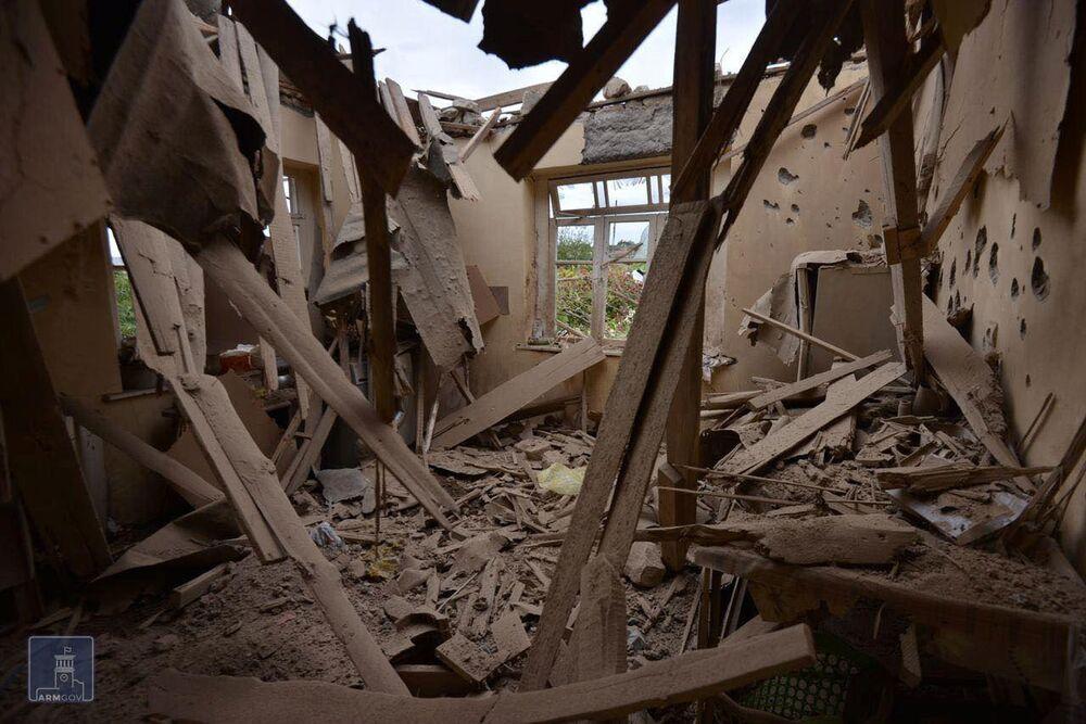 Una casa distrutta dopo i bombardamenti da parte delle truppe azere, Martuni, Nagorno-Karabakh