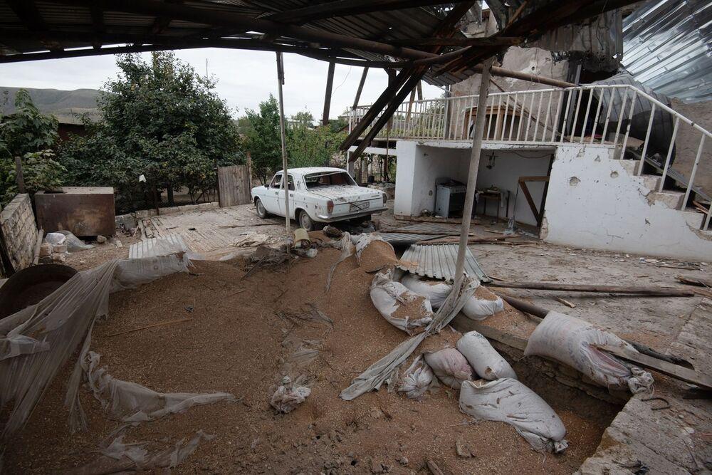 Un cortile distrutto nella città Martuni dopo i bombardamenti,  Nagorno-Karabakh