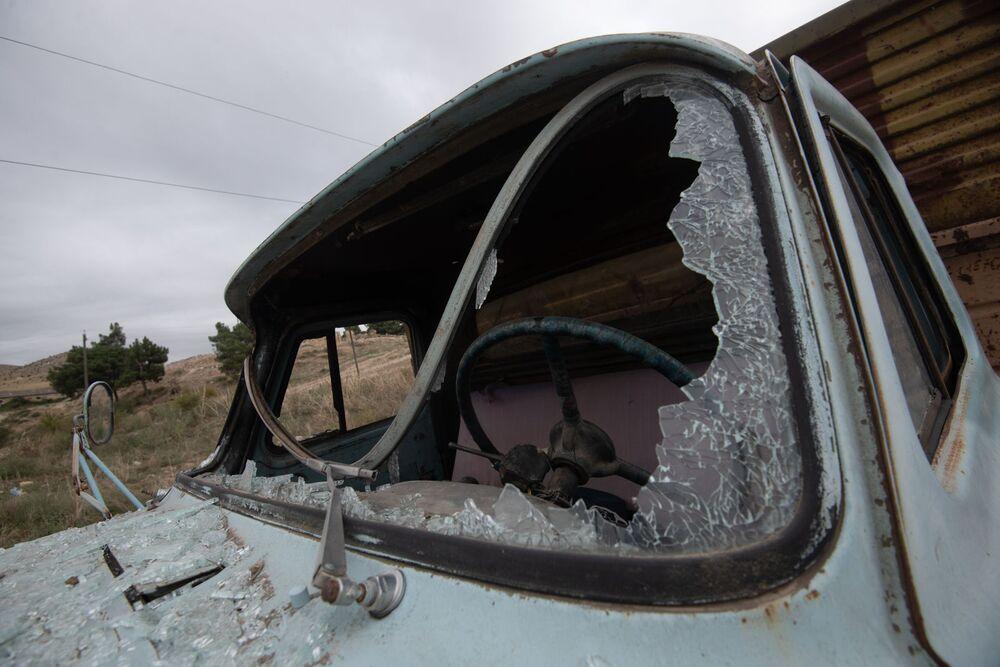 Un camion con i vetri spaccati sulla strada per la città Martuni, Nagorno-Karabakh