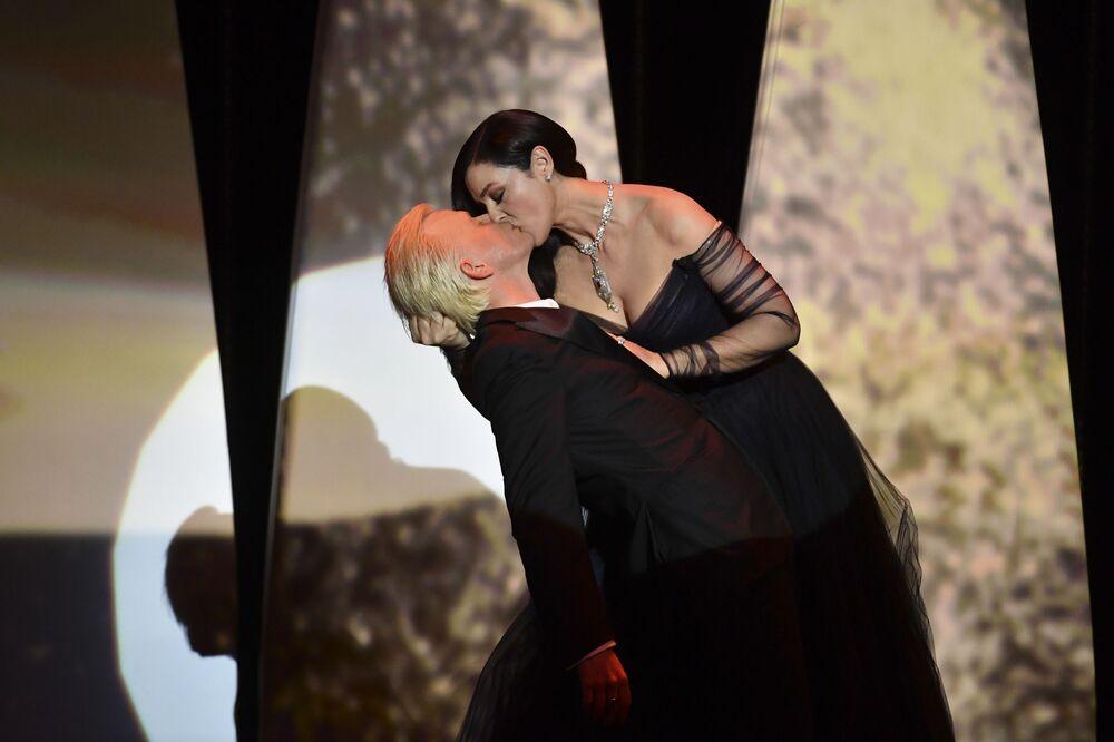 L'attrice italiana Monica Bellucci bacia l'attore Alex Lutz durante la cerimonia dell'apertura del Festival di Cannes