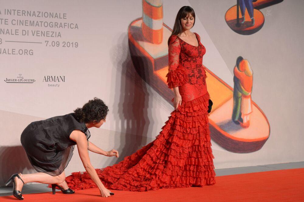 L'attrice italiana Monica Bellucci sul red carpet del film Irreversible (2002) nell'ambito della 76a edizione della Mostra internazionale d'arte cinematografica di Venezia