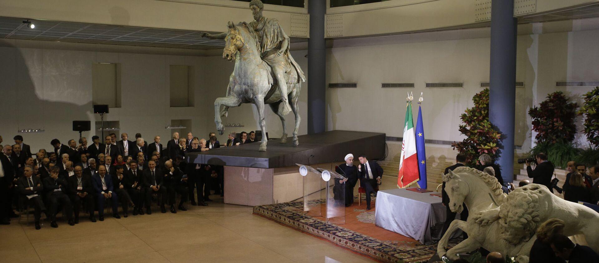 Il presidente iraniano Hassan Rouhani e il primo ministro italiano Matteo Renzi sotto una statua in bronzo dell'imperatore romano Marco Aurelio in Campidoglio a Roma - Sputnik Italia, 1920, 07.02.2021