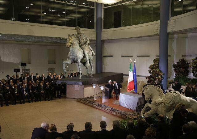 Il presidente iraniano Hassan Rouhani e il primo ministro italiano Matteo Renzi sotto una statua in bronzo dell'imperatore romano Marco Aurelio in Campidoglio a Roma
