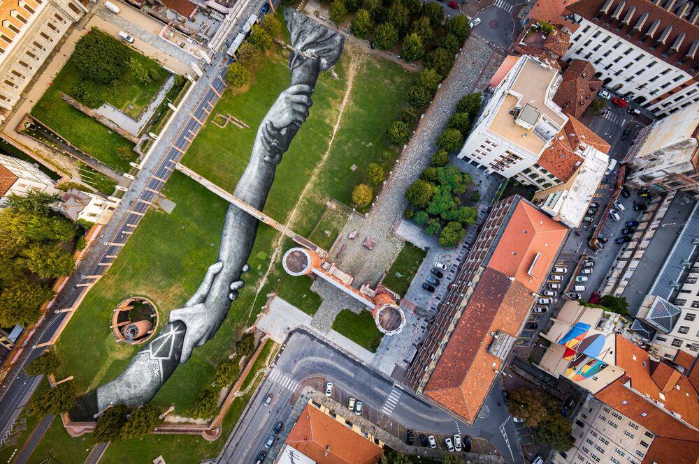 Torino accoglie la nuova tappa di Beyond Walls - Oltre i muri, il progetto di Land Art dell'artista franco-svizzero Saype