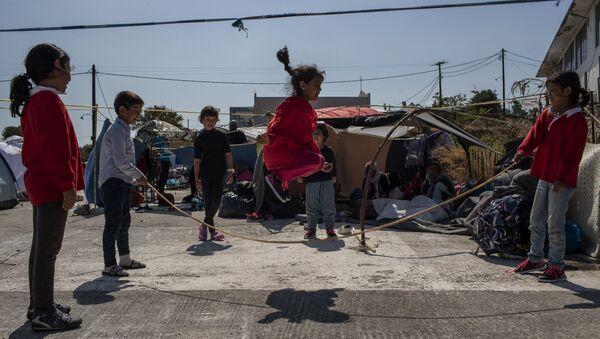 L'isola Lesbos: i bambini che si giocano - Sputnik Italia