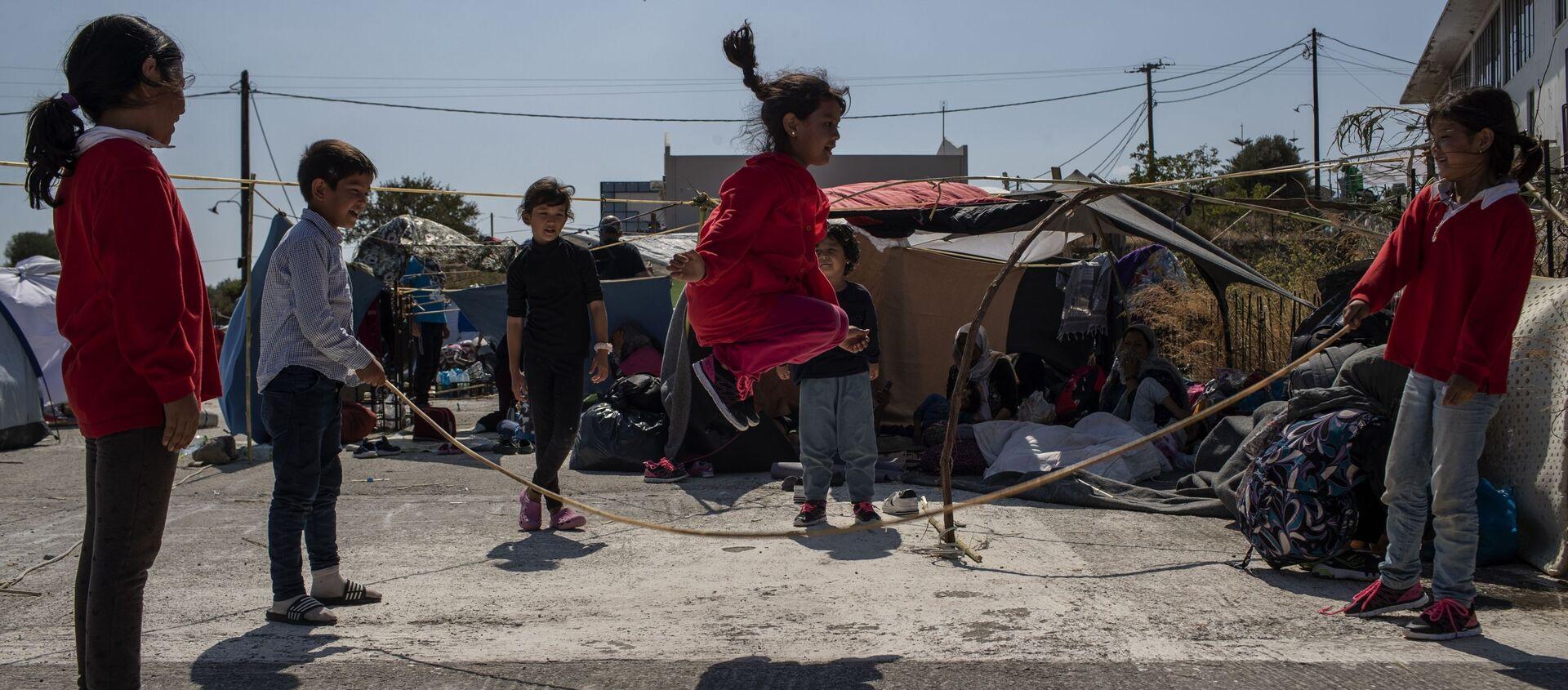 L'isola Lesbos: i bambini che si giocano - Sputnik Italia, 1920, 18.11.2020