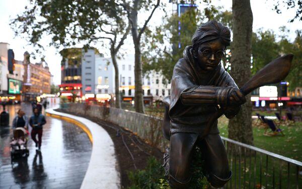 Inaugurata una statua di Harry Potter a Londra - Sputnik Italia