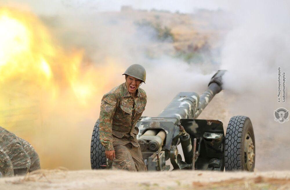 Un soldato armeno spara da un cannone d'artiglieria durante una battaglia con le truppe azerbaigiane nel Nagorno-Karabakh