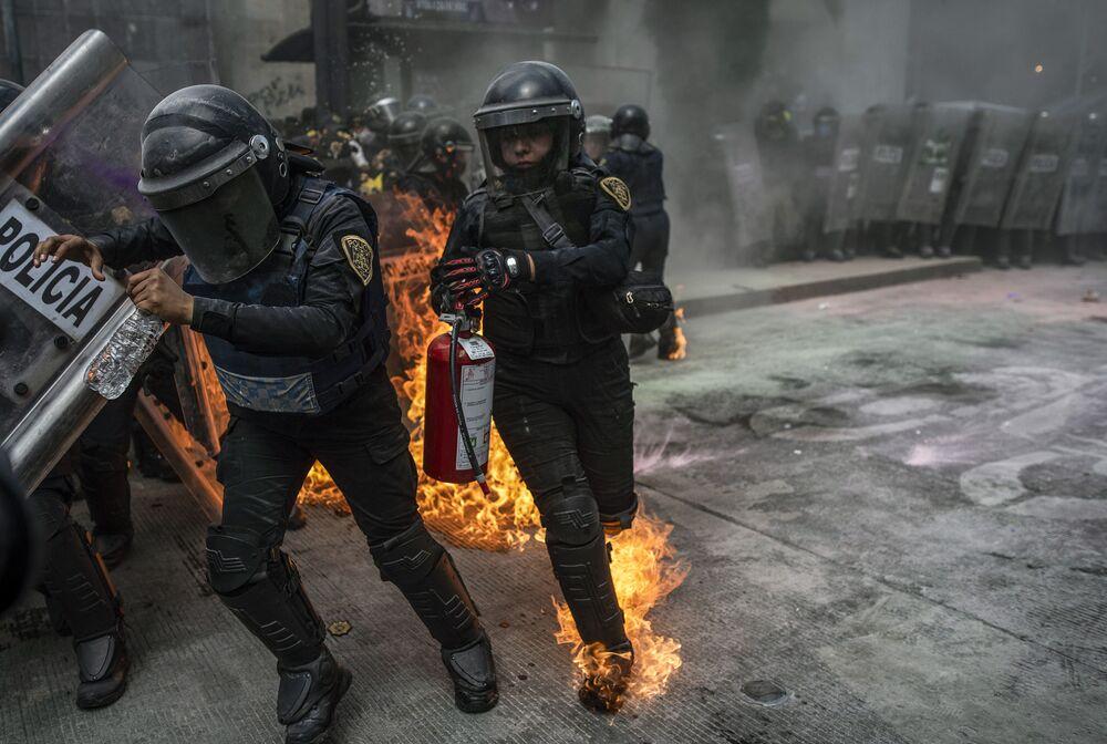 Gli agenti di polizia durante gli scontri  nella Giornata internazionale dell'aborto sicuro a Città del Messico