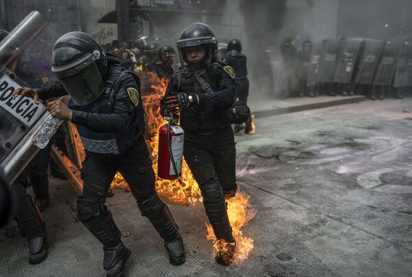 Gli agenti di polizia durante gli scontri  nella Giornata internazionale dell'aborto sicuro a Città del Messico - Sputnik Italia