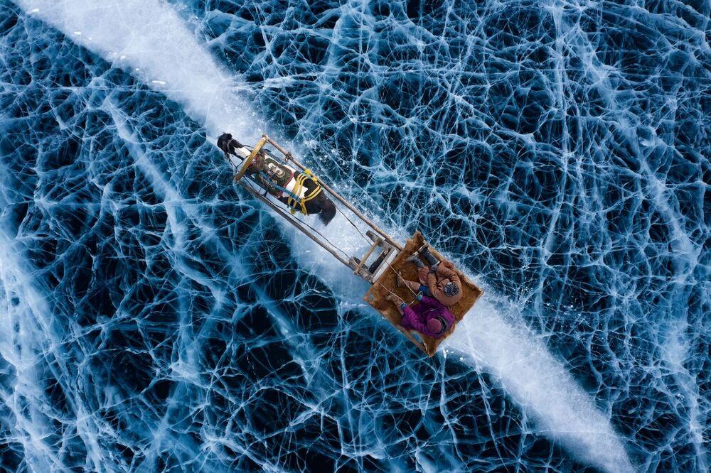 La foto Terra ghiacciata dellа fotografa Alessandra Meniconzi che è stata vincitrice nella categoria La gente del concorso Drone Photo Awards 2020