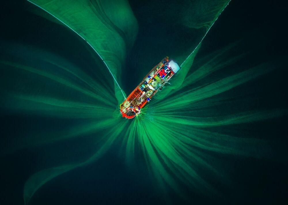 La foto La rete da pesca del fotografo Trung Pham Huy stimata nella categoria Astratto del concorso Drone Photo Awards 2020
