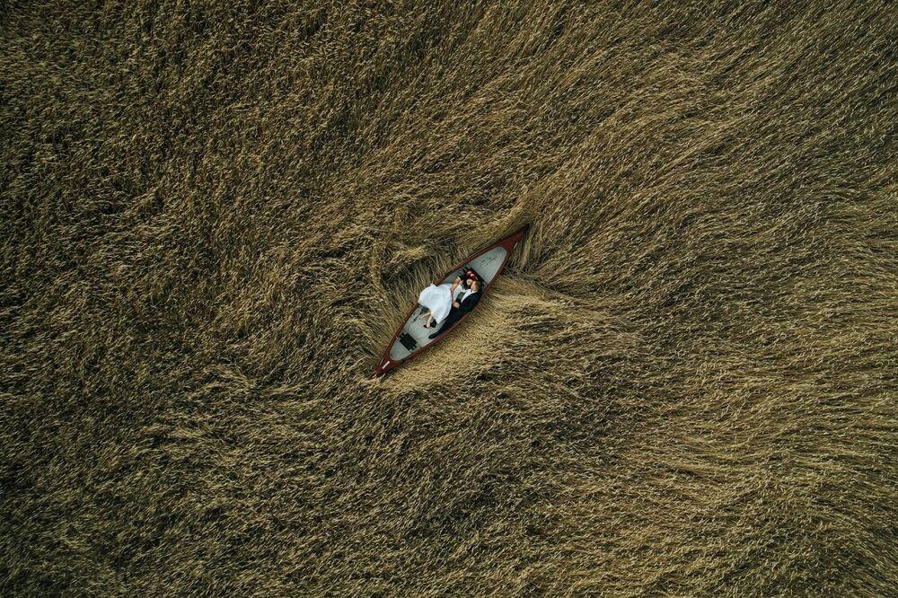La foto Amanti nel campo del fotografo Krzysztof Krawczyk che è stata la seconda nella categoria Le nozza del concorso Drone Photo Awards 2020