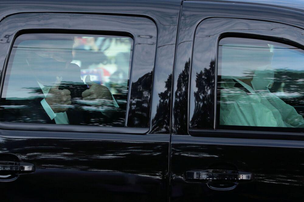 Il presidente Usa, Donald Trump passa davanti al  Walter Reed National Military Medical Center, dove era stato ricoverato per  COVID-19.  Bethesda, Maryland