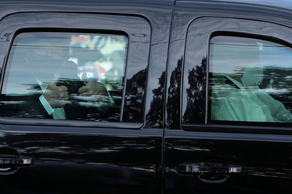 Il presidente Usa, Donald Trump passa davanti al  Walter Reed National Military Medical Center, dove era stato ricoverato per  COVID-19.  Bethesda, Maryland - Sputnik Italia