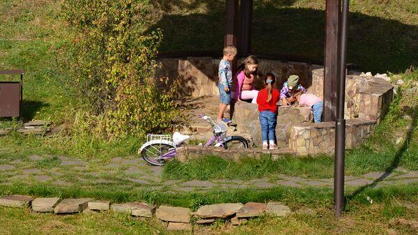 Bambini al parco - coronavirus in Russia, ottobre - Sputnik Italia