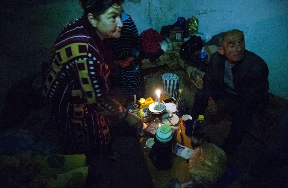 I residenti di Stepanakert durante i bombardamenti