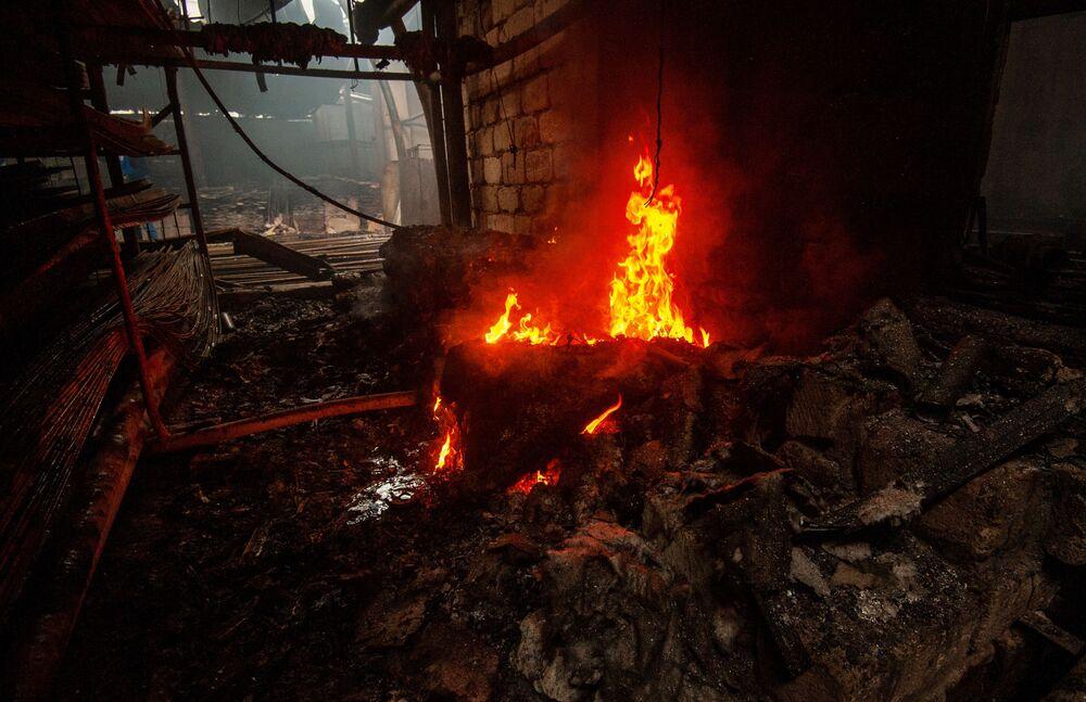 Conseguenze di un incendio in un deposito di materiali da costruzione a seguito del bombardamento di Stepanakert