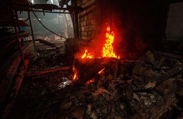 Conseguenze di un incendio in un deposito di materiali da costruzione a seguito del bombardamento di Stepanakert - Sputnik Italia