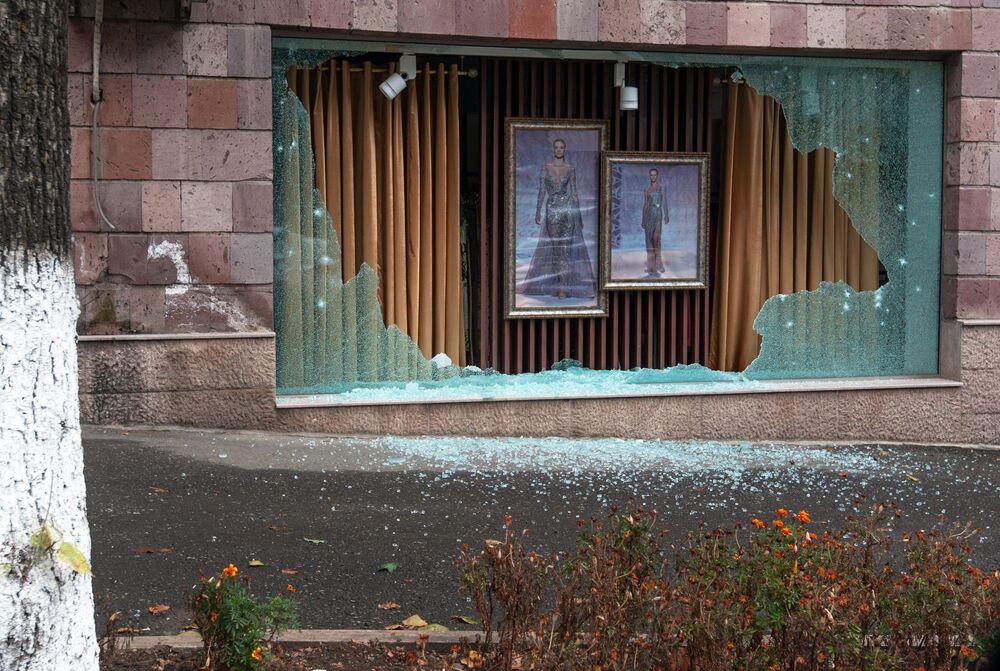 Una vetrina del negozio danneggiata dai bombardamenti a Stepenakert
