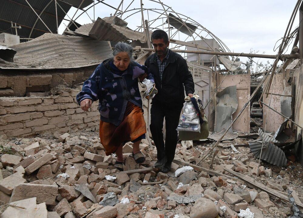 Residenti di una casa distrutta dai bombardamenti della città di Ganja in Azerbaigian