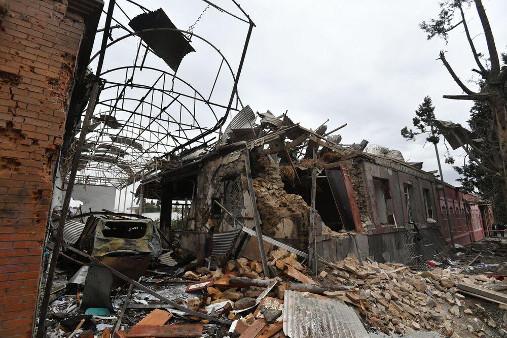 Edifici residenziali distrutti a seguito dei bombardamenti della città di Ganja