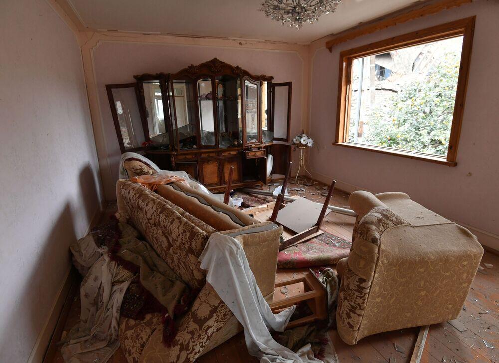 Casa residenziale distrutta dai bombardamenti della città di Ganja