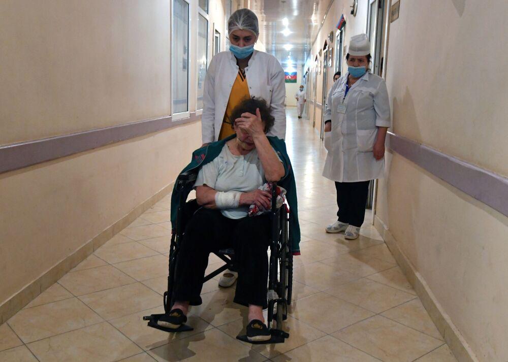 Una donna ferita nel bombardamento della città di Ganja in Azerbaigian