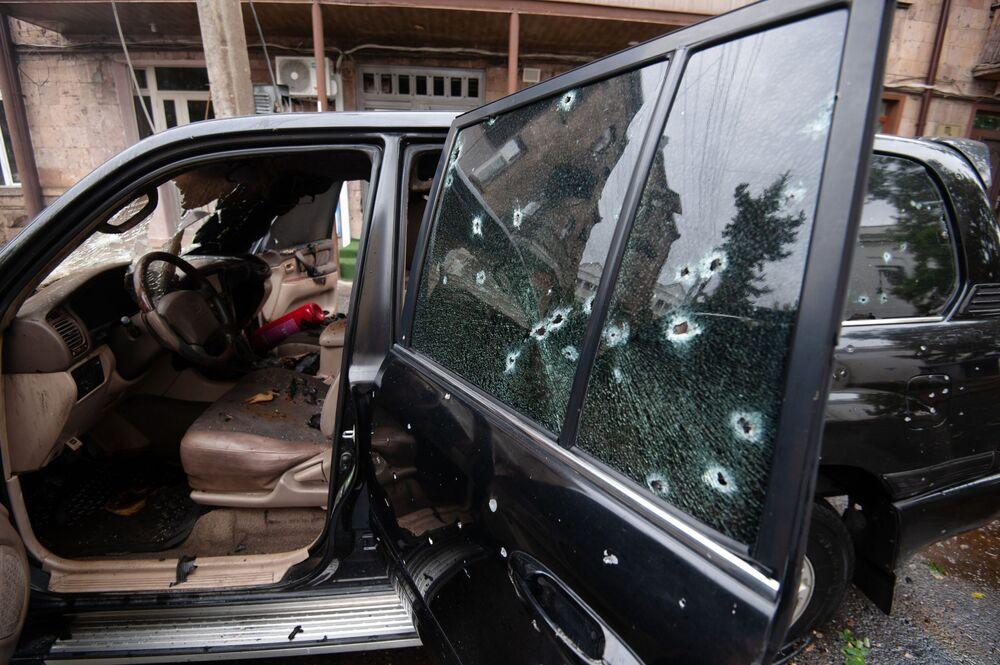 Auto danneggiata dai bombardamenti a Stepanakert, Nagorno-Karabakh