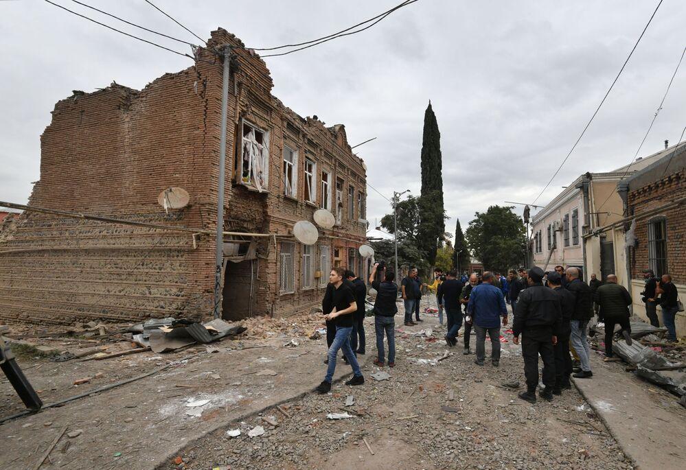 Residenti della città di Ganja dopo i bombardamenti