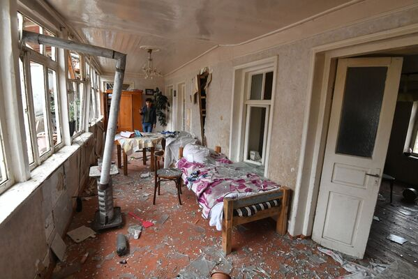 Residente in una casa distrutta dai bombardamenti della città di Ganja in Azerbaijan - Sputnik Italia