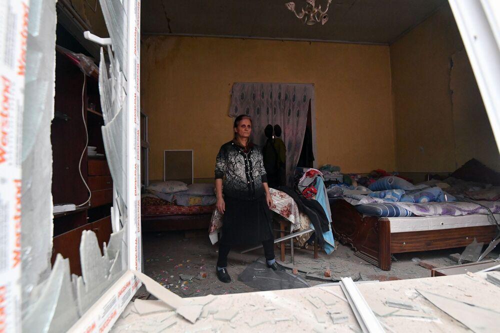 Residente in una casa distrutta dai bombardamenti della città di Ganja in Azerbaijan