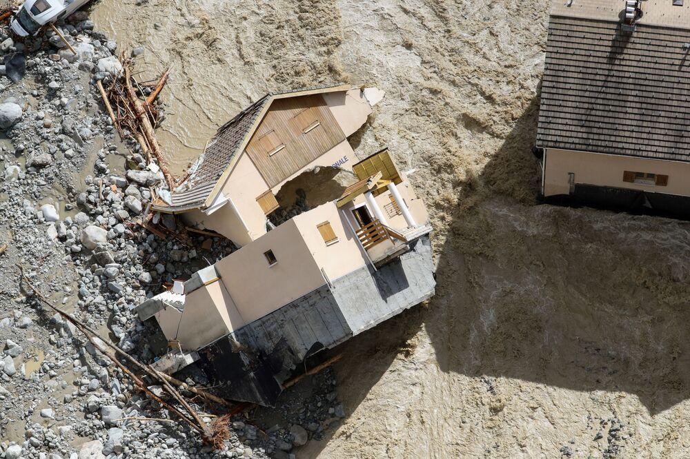 Veduta aerea dell'edificio della Gendarmeria Nazionale distrutto a causa di inondazioni a Saint-Martin-Vésubie, Francia