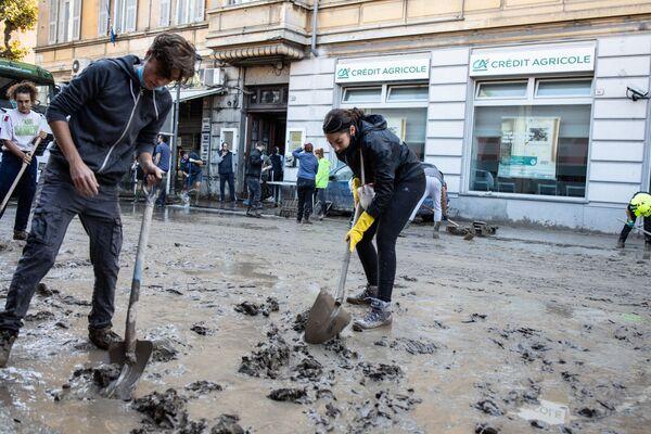 I residenti della città italiana Ventimiglia puliscono le strade dal fango dopo l'alluvione - Sputnik Italia