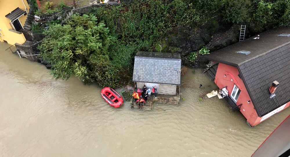 Evacuazione dalla città italiana di Ornavasso a causa dell'alluvione