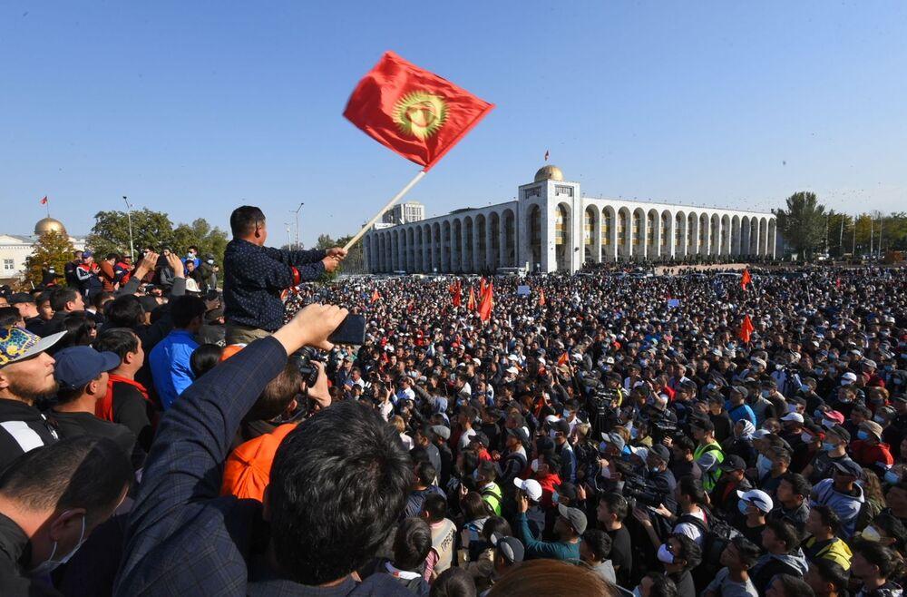 Kirghizistan, proteste a Bishkek in seguito alla pubblicazione dei risultati preliminari delle elezioni parlamentari