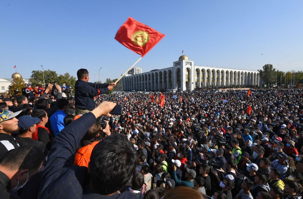 Partecipanti alle proteste a Bishkek chiedono l'annullamento dei risultati delle elezioni parlamentari