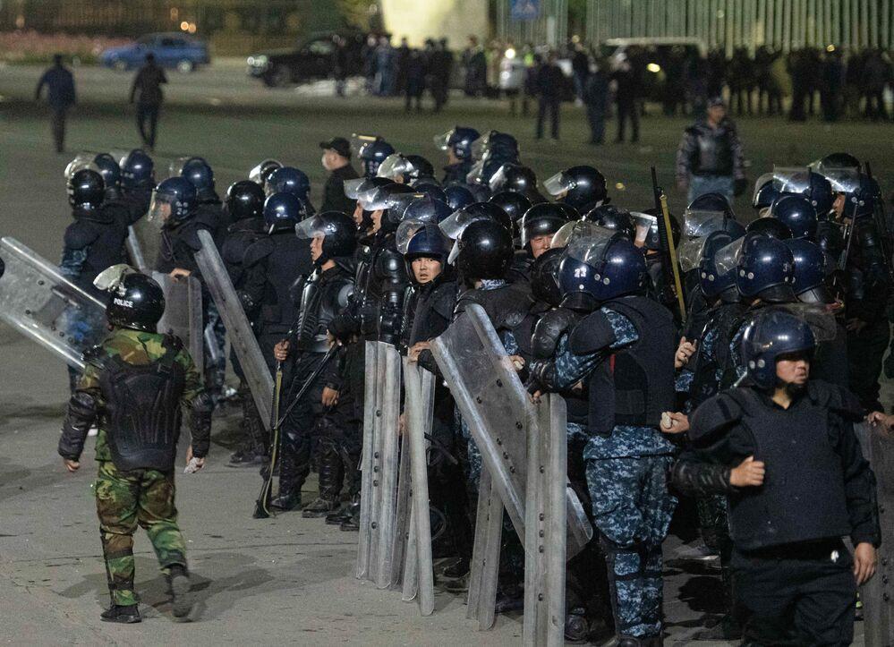 Agenti di polizia durante una protesta a Bishkek