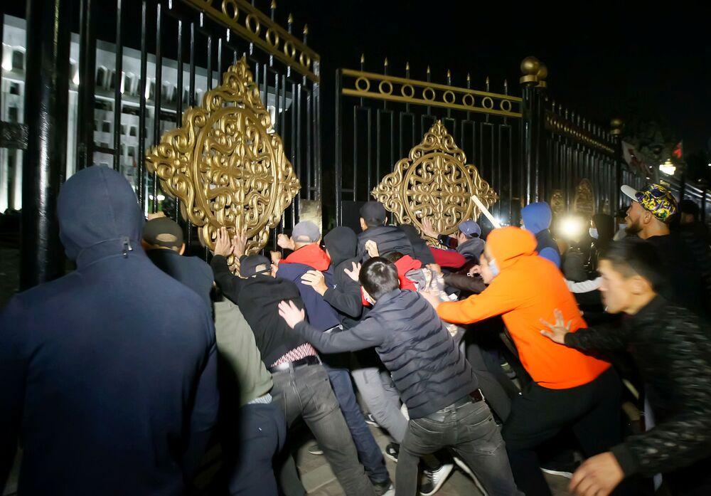 A Bishkek un gruppo organizzato di manifestanti ha fatto irruzione nell'area della Casa Bianca, sede del parlamento e dell'amministrazione presidenziale del Kirghizistan