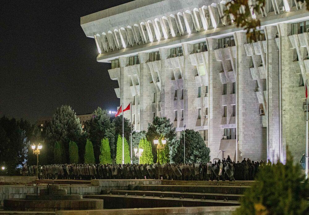 Appreso della situazione, il presidente kirghizo Sooronbay Jeenbakov ha parlato alla nazione, riferendo che delle forze politiche hanno tentato di prendere il potere con la forza nel corso della notte