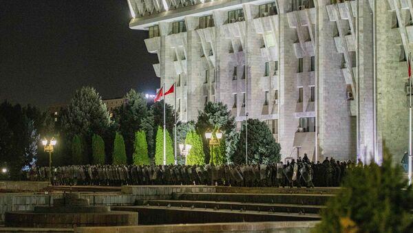 Agenti della polizia durante le proteste a Bishkek in seguito alla pubblicazione dei risultati preliminari delle elezioni parlamentari, Kirghizistan - Sputnik Italia
